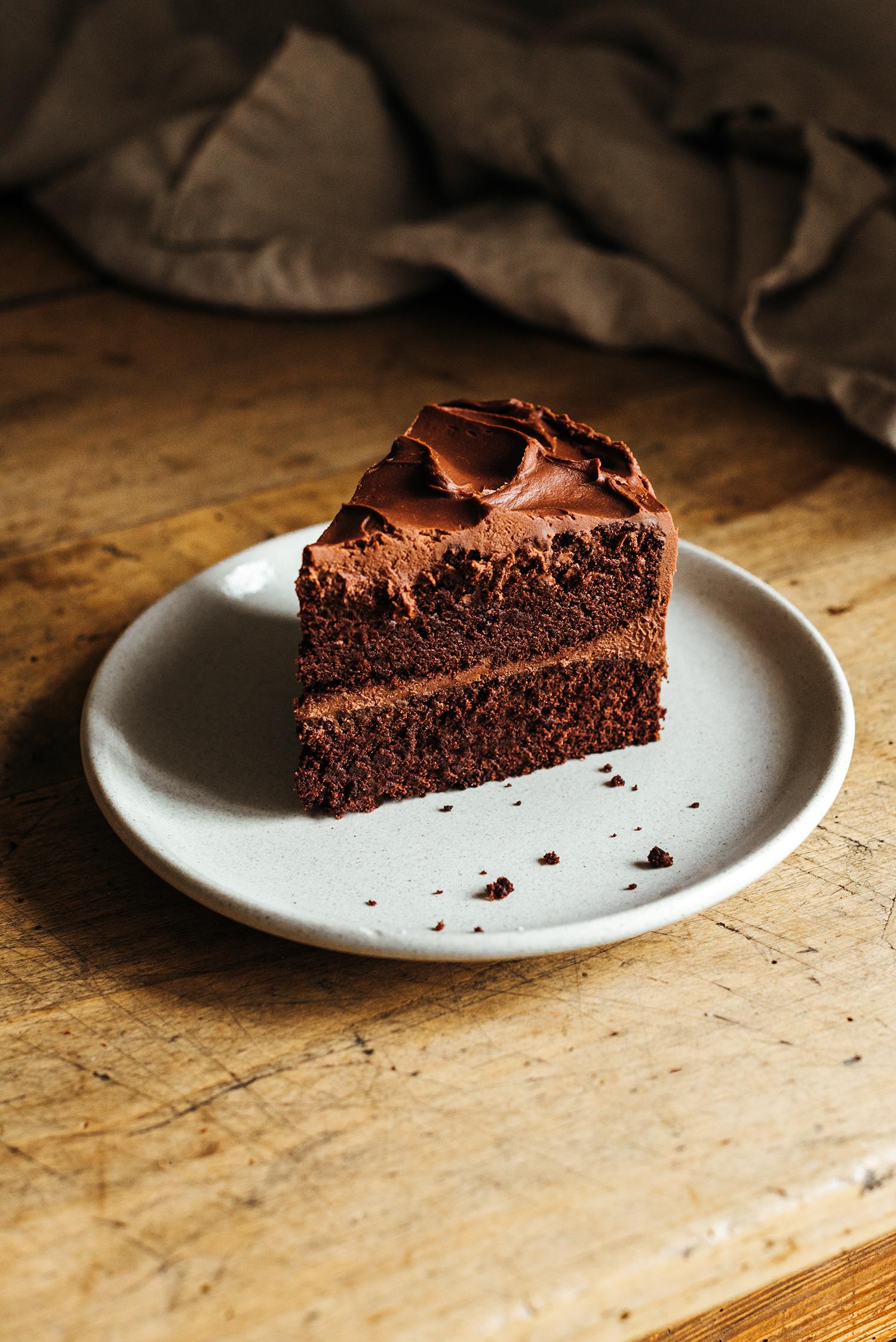 Gâteau du diable devils food cake part coupée - Lilie Bakery