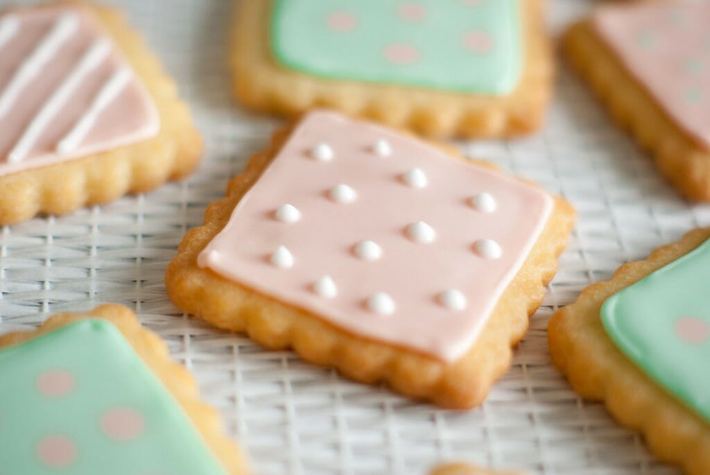 Petits biscuits décorés glaçage royal rose - Lilie Bakery