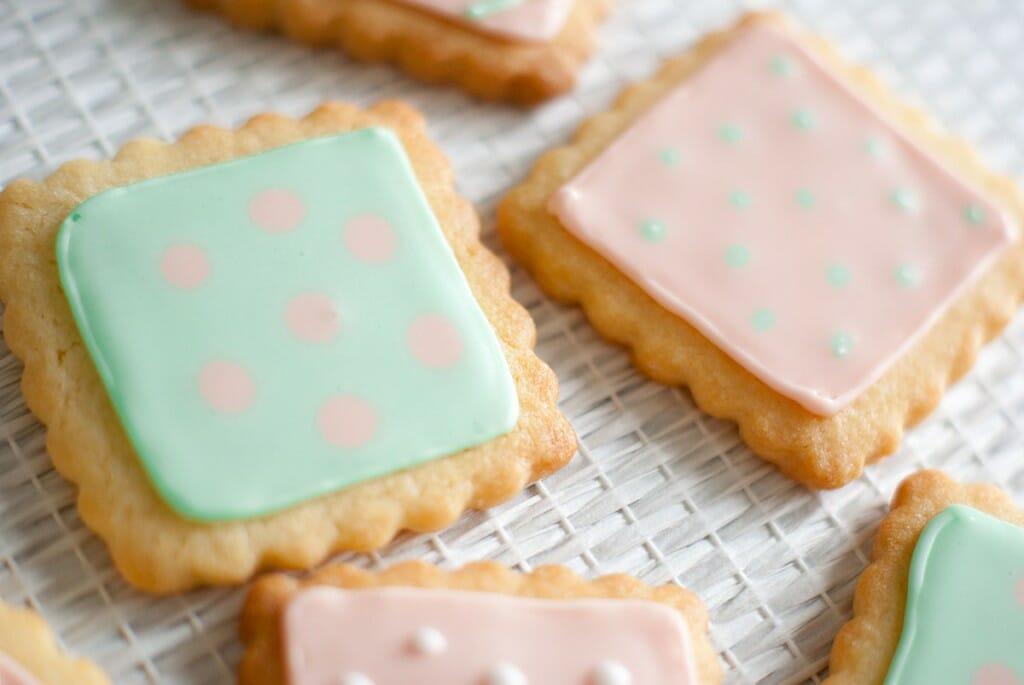 Petits biscuits décorés glaçage royal vert rose - Lilie Bakery