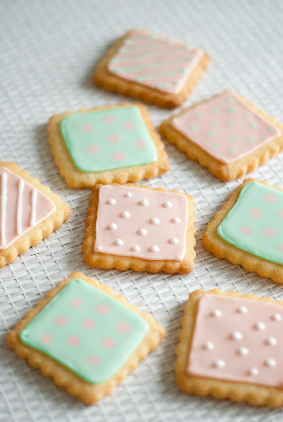 Petits biscuits pastels gla age royal lilie bakery - Decoration gateau glacage ...