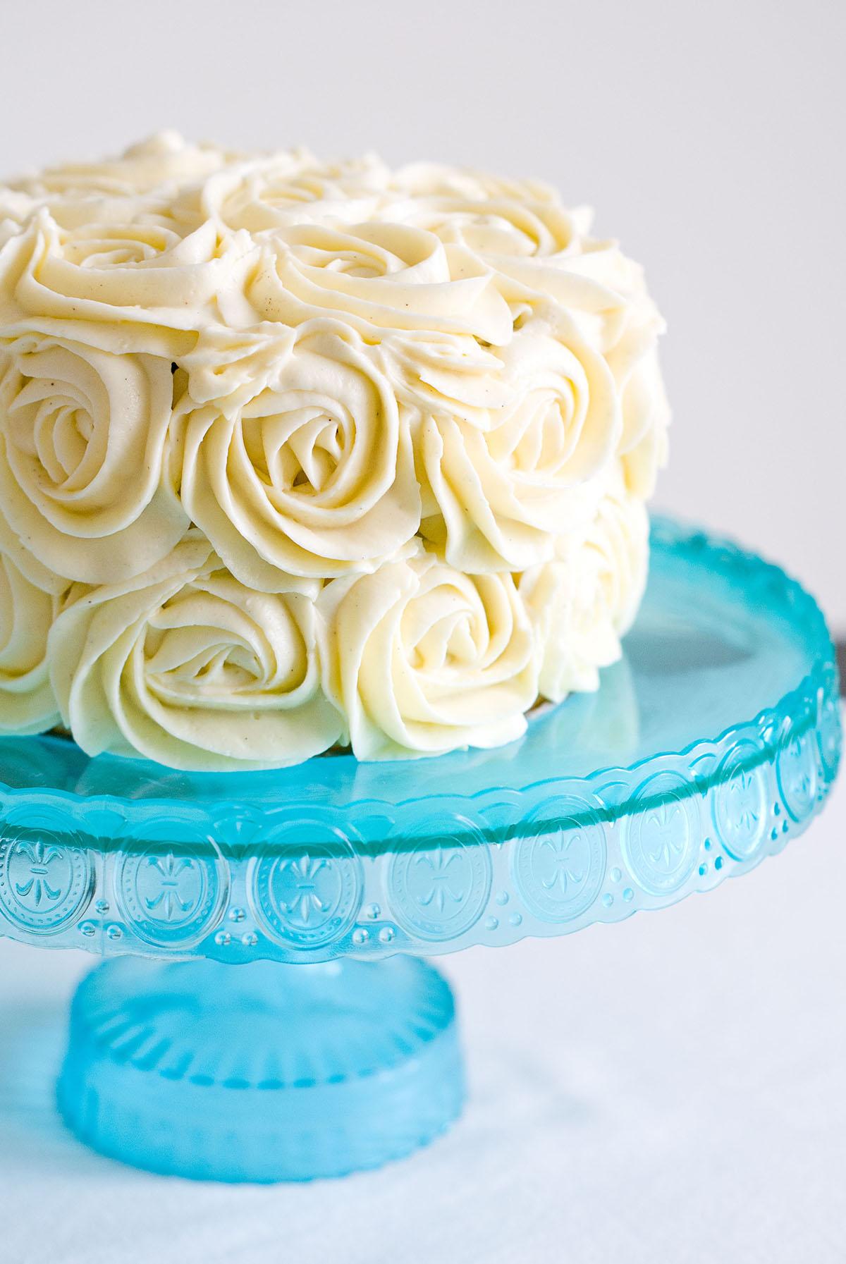 Layer cake vanille chocolat décor de roses poche à douille - Lilie Bakery