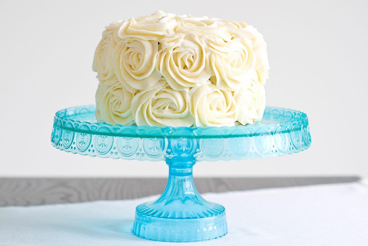 Layer cake vanille chocolat sur plat présentation - Lilie Bakery