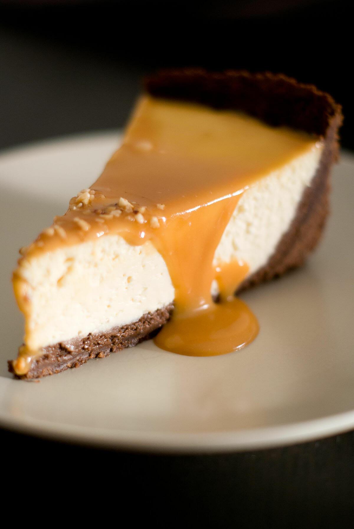 Cheesecake caramel beurre salé part coupée - Lilie Bakery