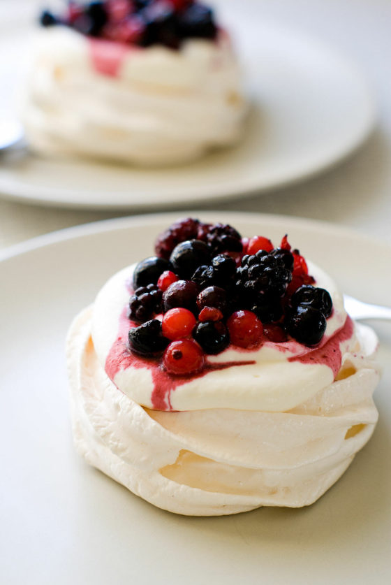 Mini-Pavlovas aux Fruits Rouges | Lilie Bakery 1