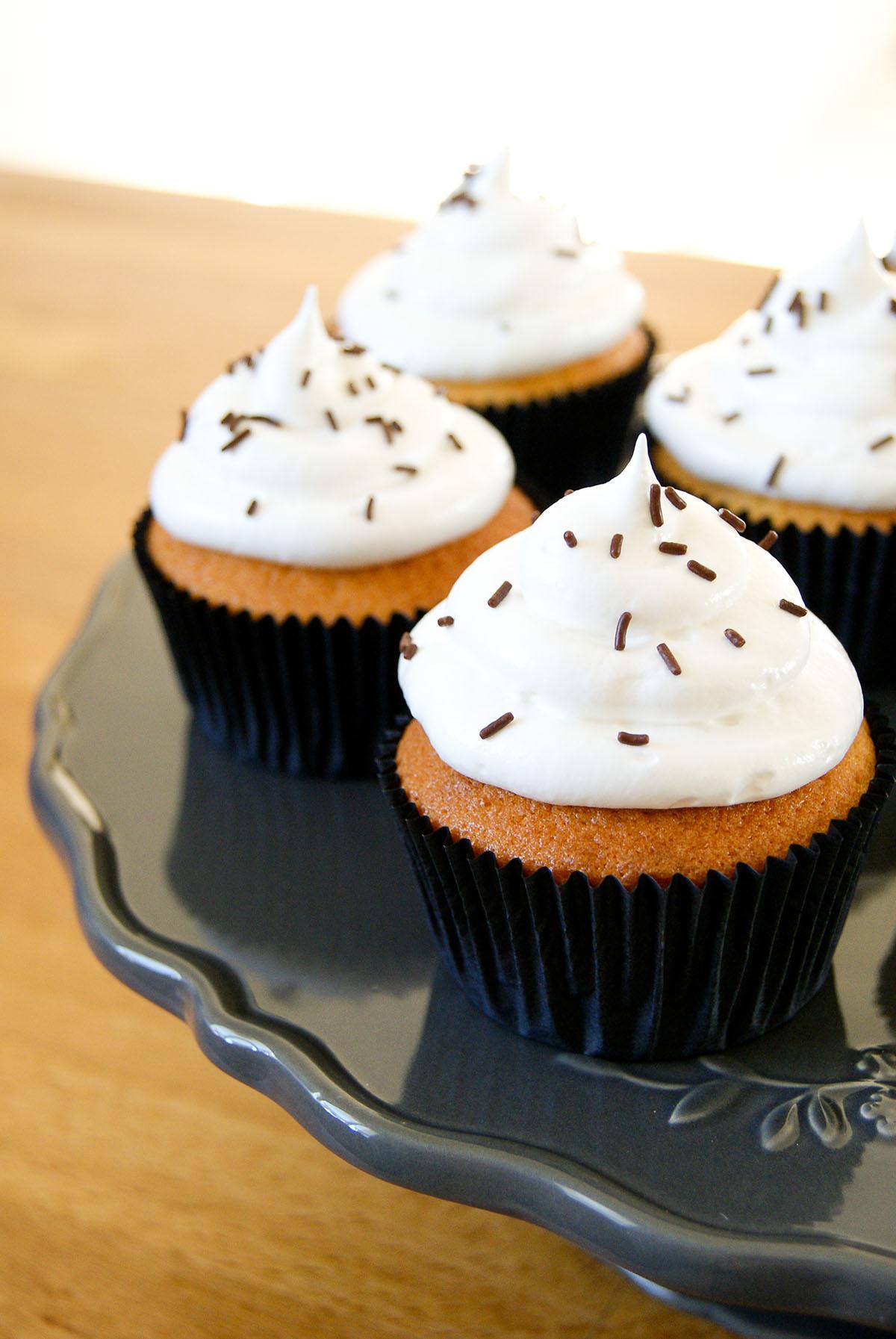 cupcakes vanille gla age meringue lilie bakery. Black Bedroom Furniture Sets. Home Design Ideas