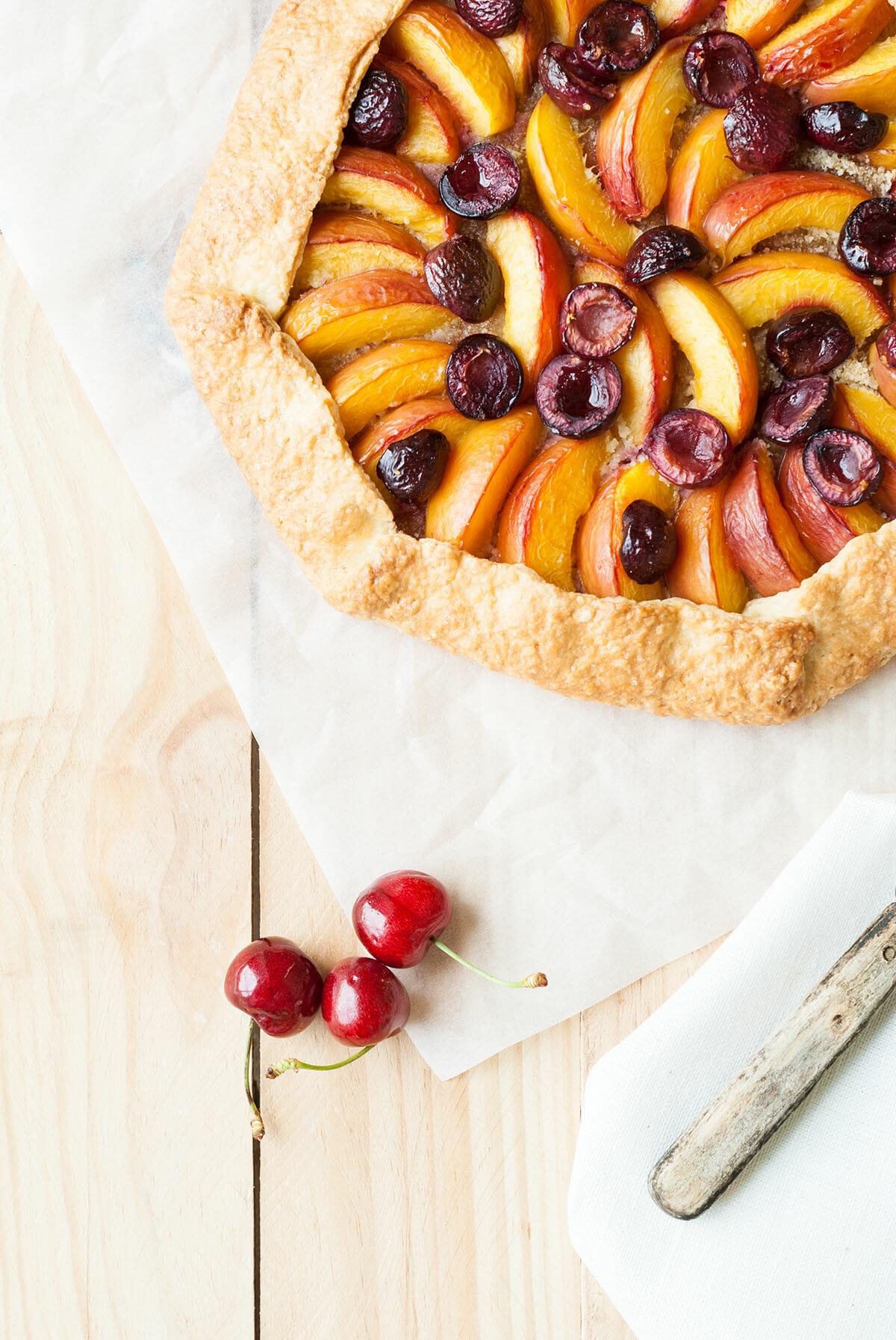 Tarte rustique cerise nectarine   Lilie Bakery