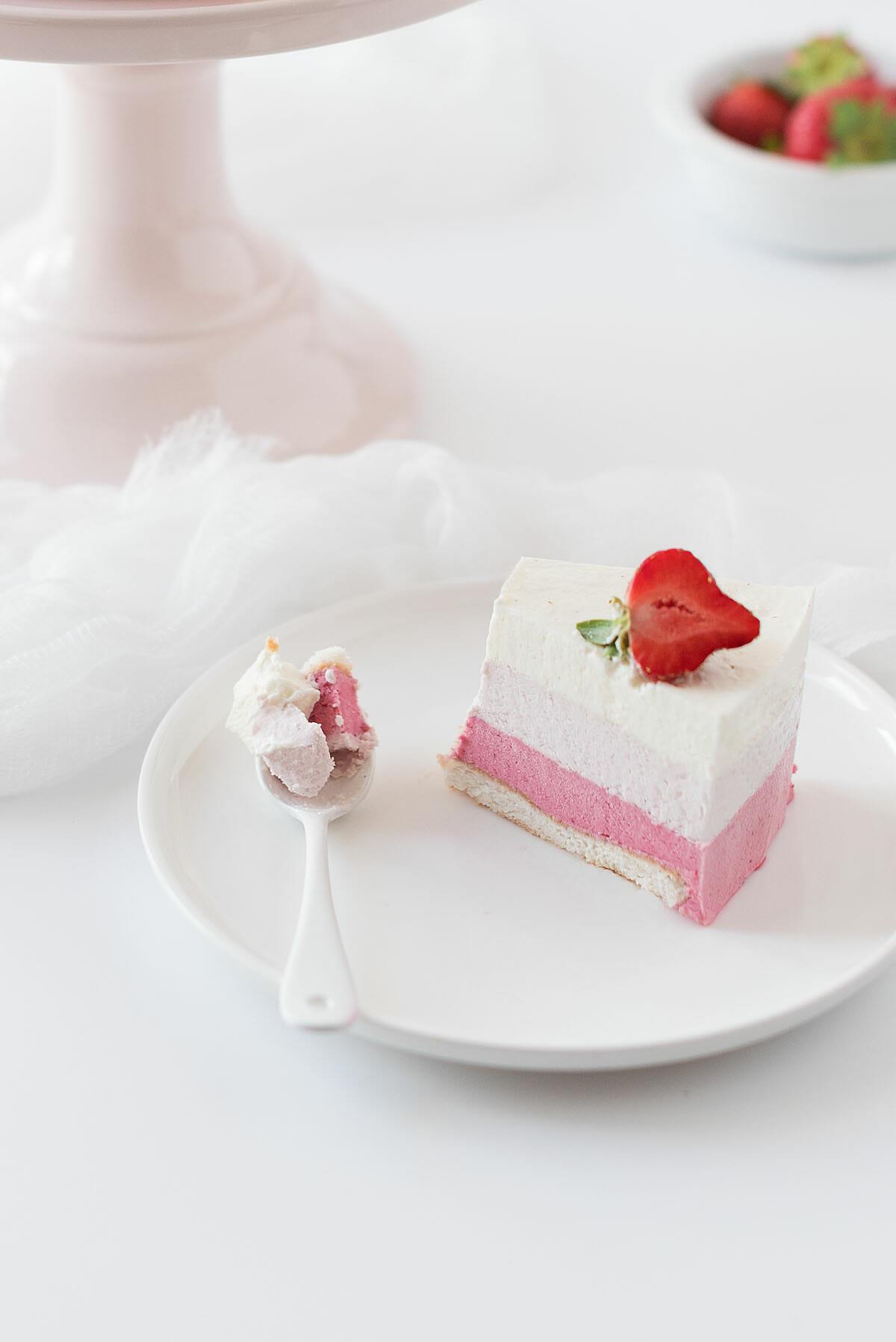 Entremets ombré fruits rouges, vanille, amande   Lilie Bakery