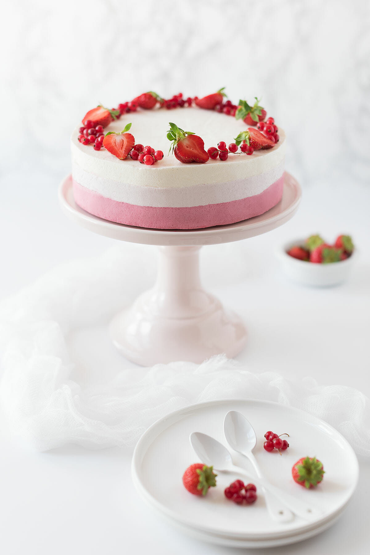 Entremets ombré fruits rouges, vanille, amande | Lilie Bakery