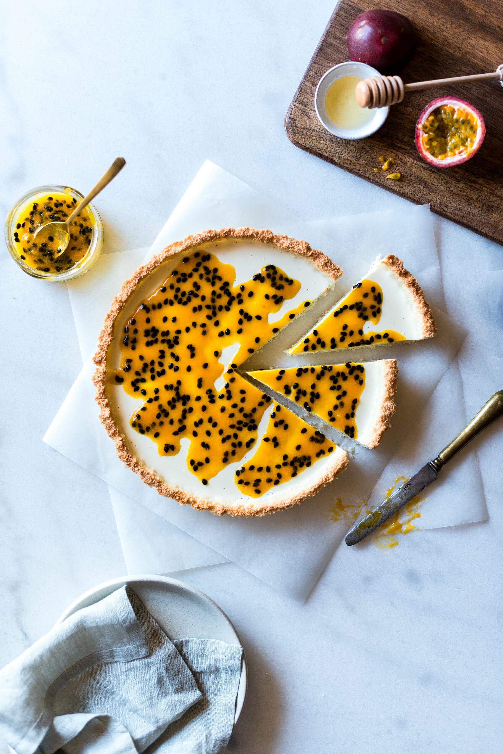 Tarte fruits de la passion, vanille, noix de coco - Lilie Bakery