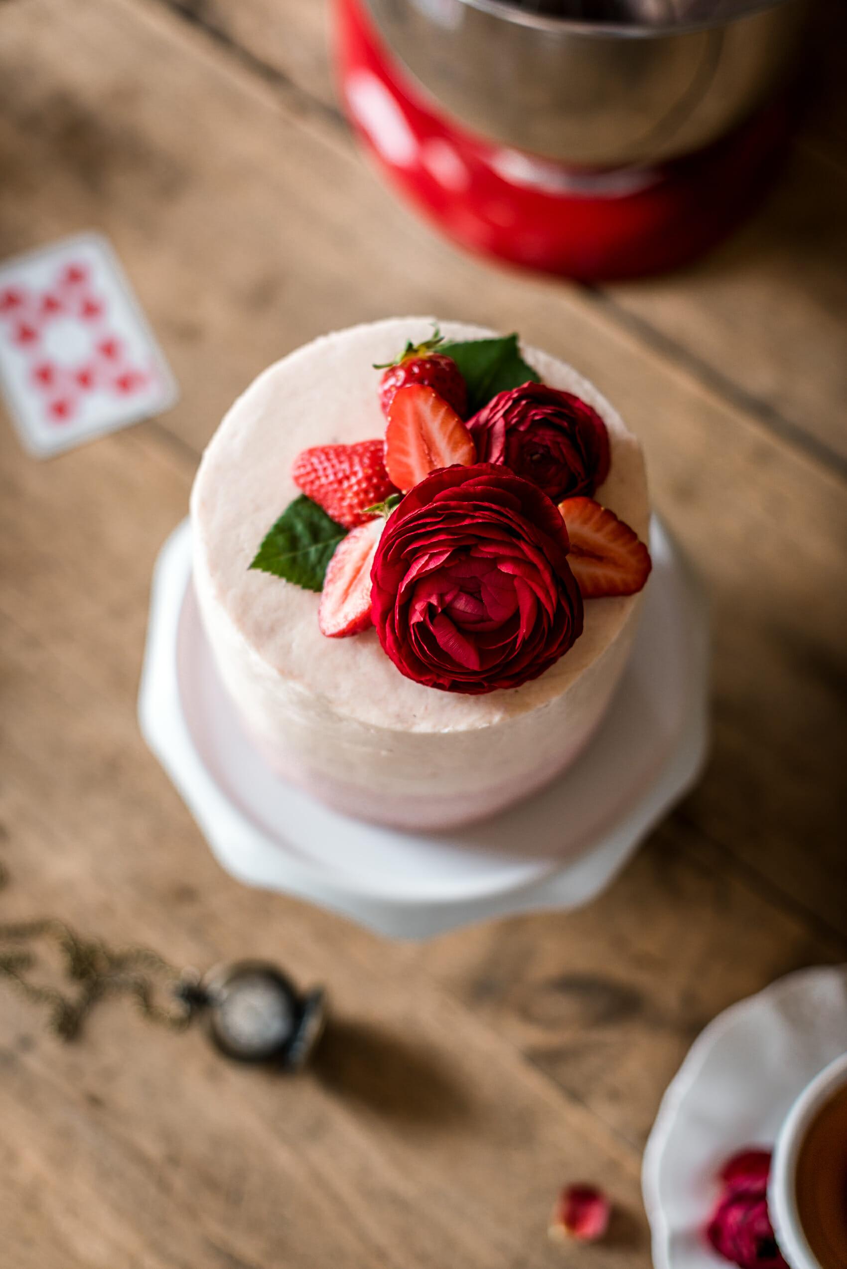 Layer cake vertical fraise-amande - Lilie Bakery