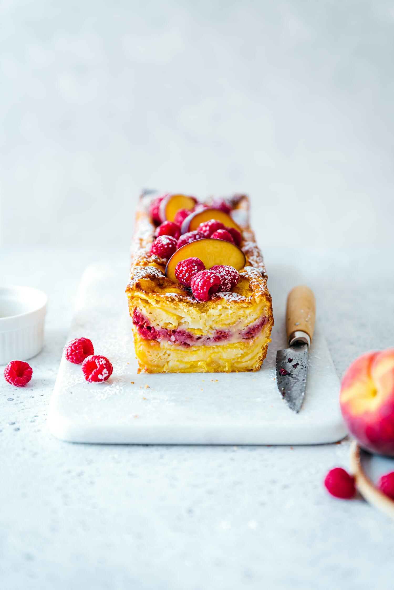 Cake fondant pêches framboise fève tonka - Lilie Bakery