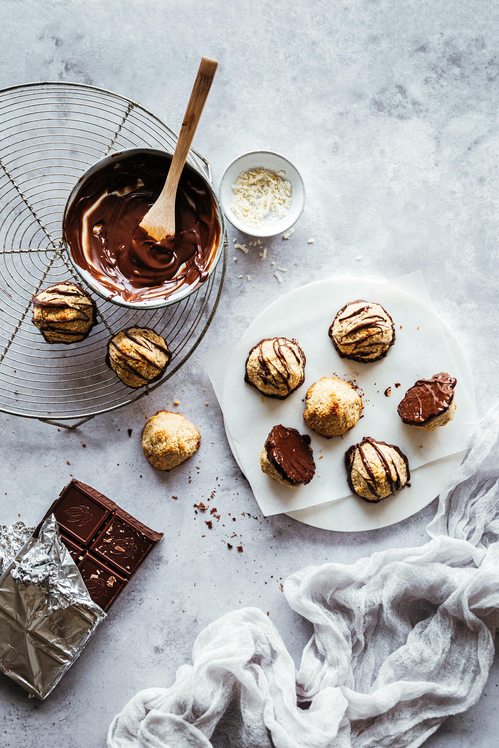 Rochers noix de coco-amandes glaçage chocolat - Lilie Bakery