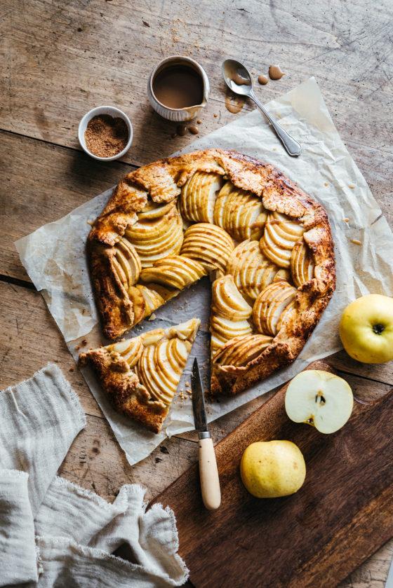 Tarte rustique pommes & caramel de coco - Lilie Bakery