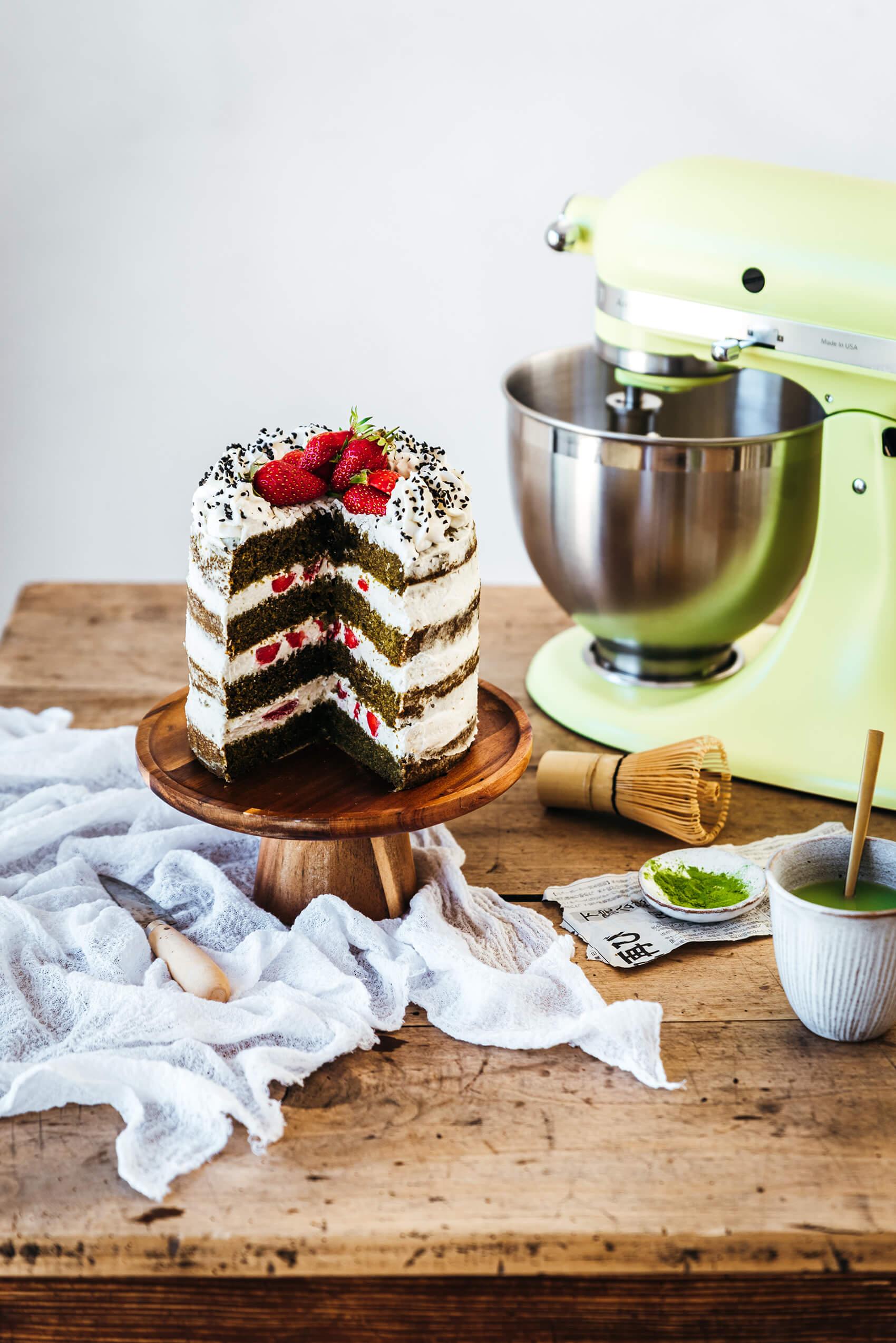 Layer cake matcha, noix de coco & fraises - Lilie Bakery