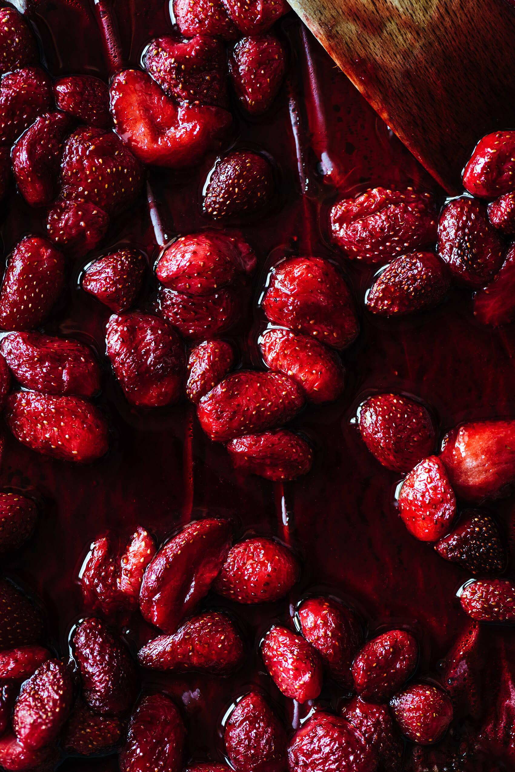 Glaces fraises rôties, yaourt & miel - Lilie Bakery