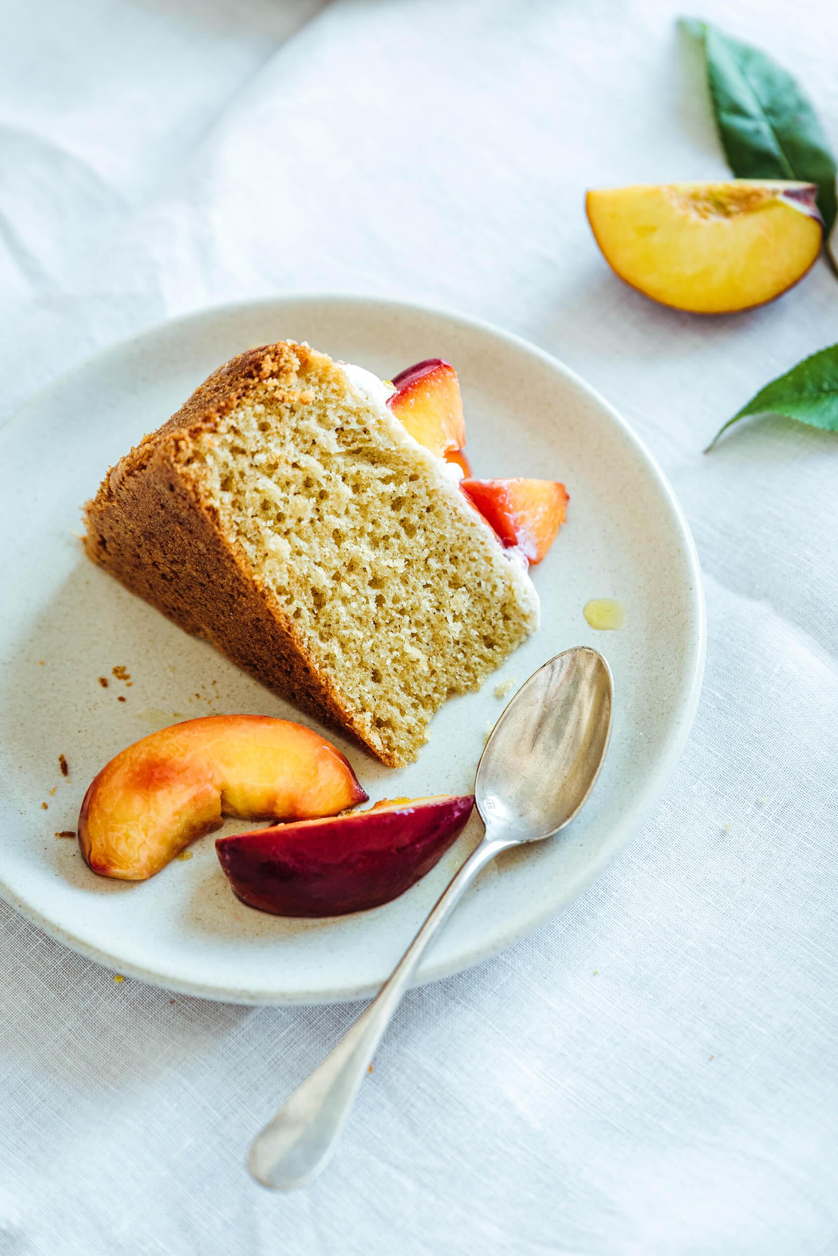 Gâteau huile d'olive, glaçage yaourt et pêches rôties - Lilie Bakery