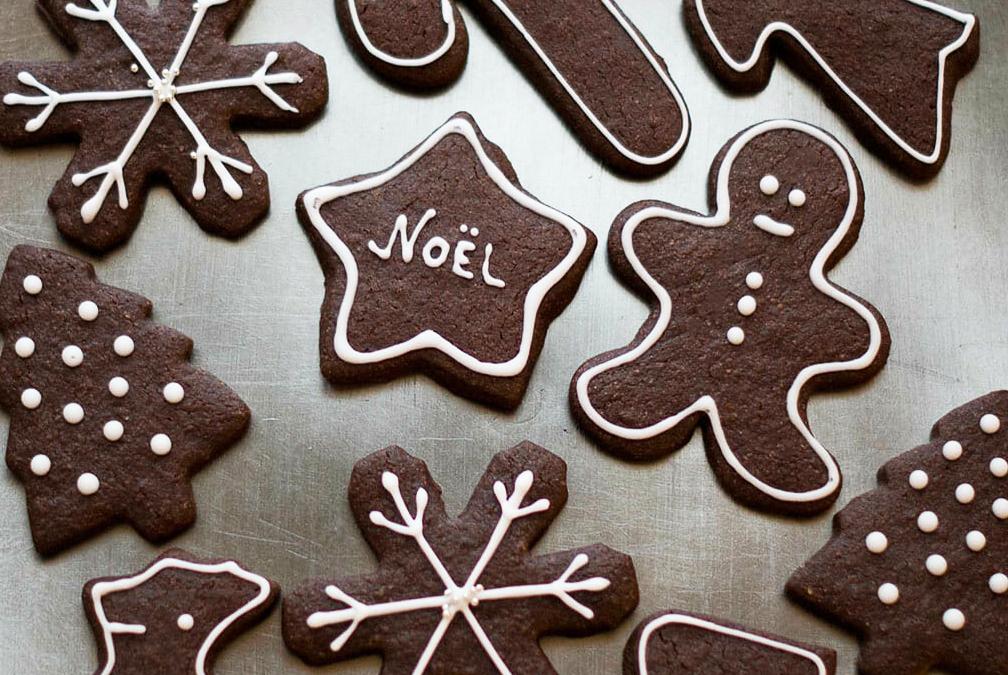Biscuits de noel au chocolat formes glaçage - Lilie Bakery