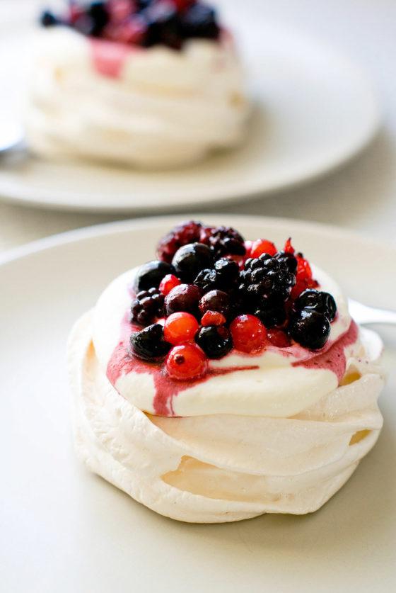 Pavlova individuelle aux fruits rouges - Lilie Bakery