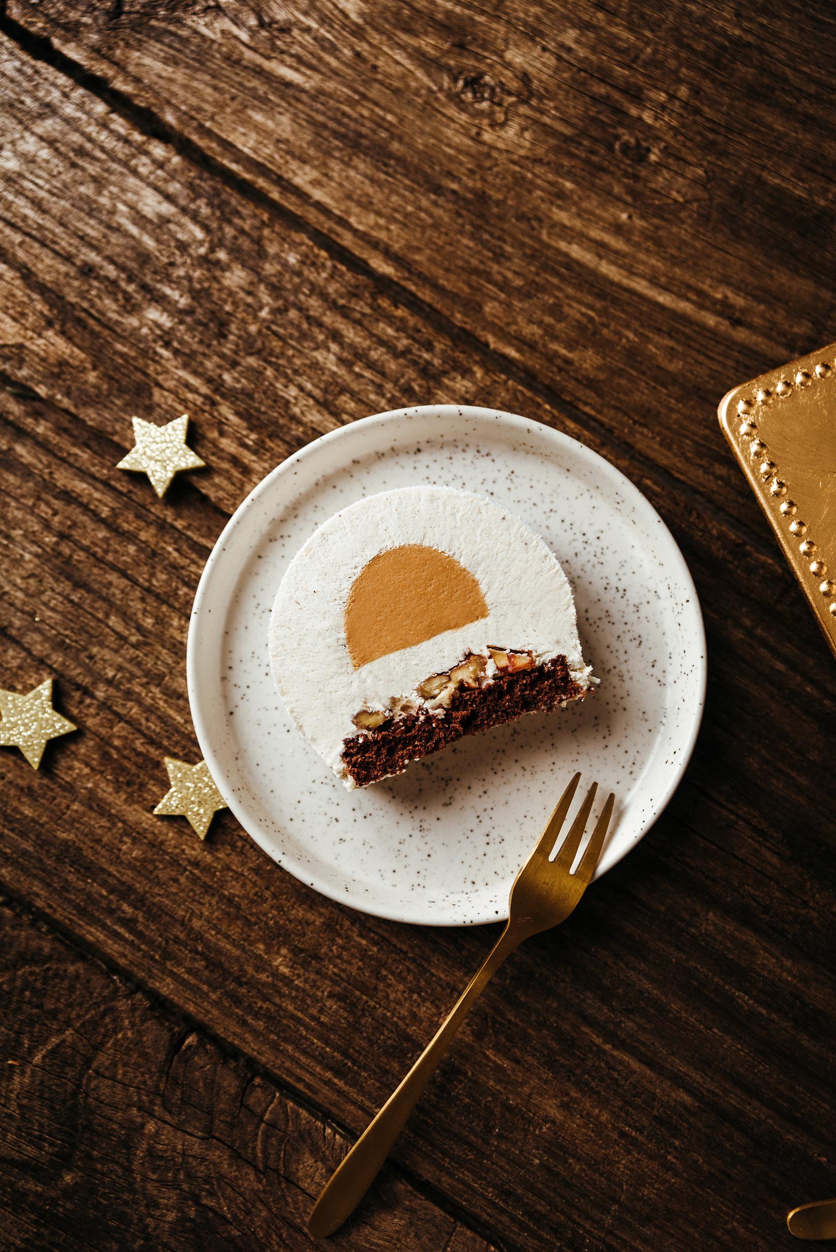 Bûche noël mousse vanille chocolat blanc caramel part coupée - Lilie Bakery