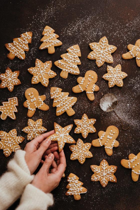 Glaçage biscuits noël cannelle mains - Lilie Bakery