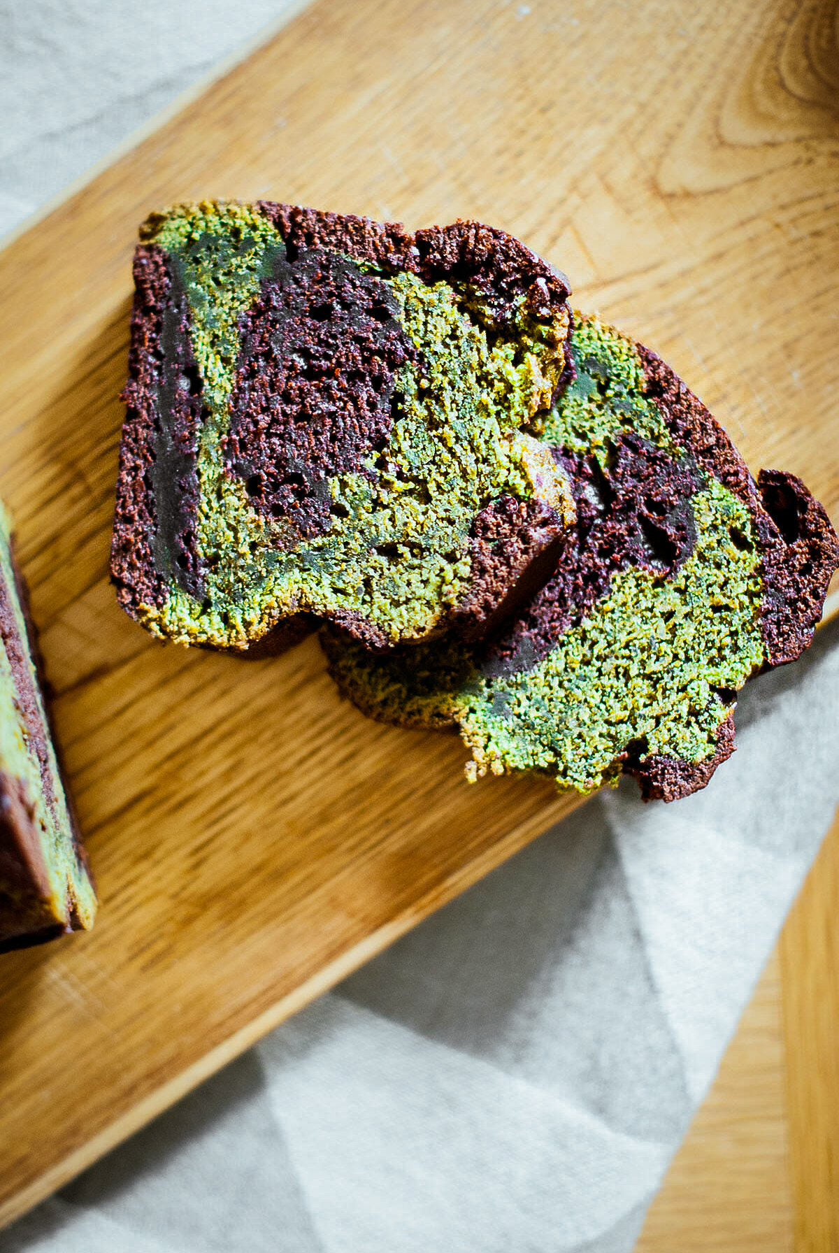 Cake matcha chocolat marbré part coupée - Lilie Bakery