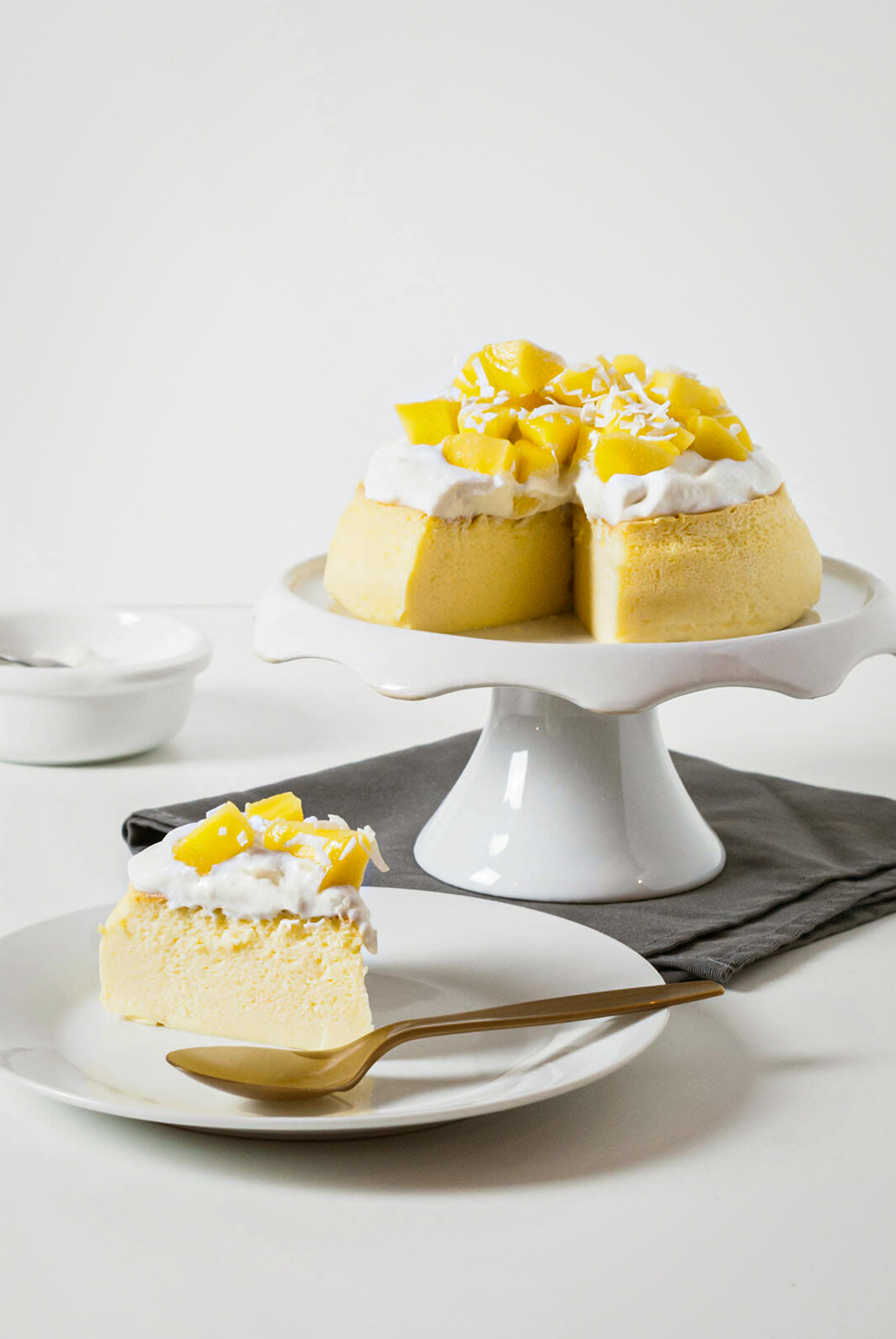 Cheesecake japonais coco mangue part coupée - Lilie Bakery