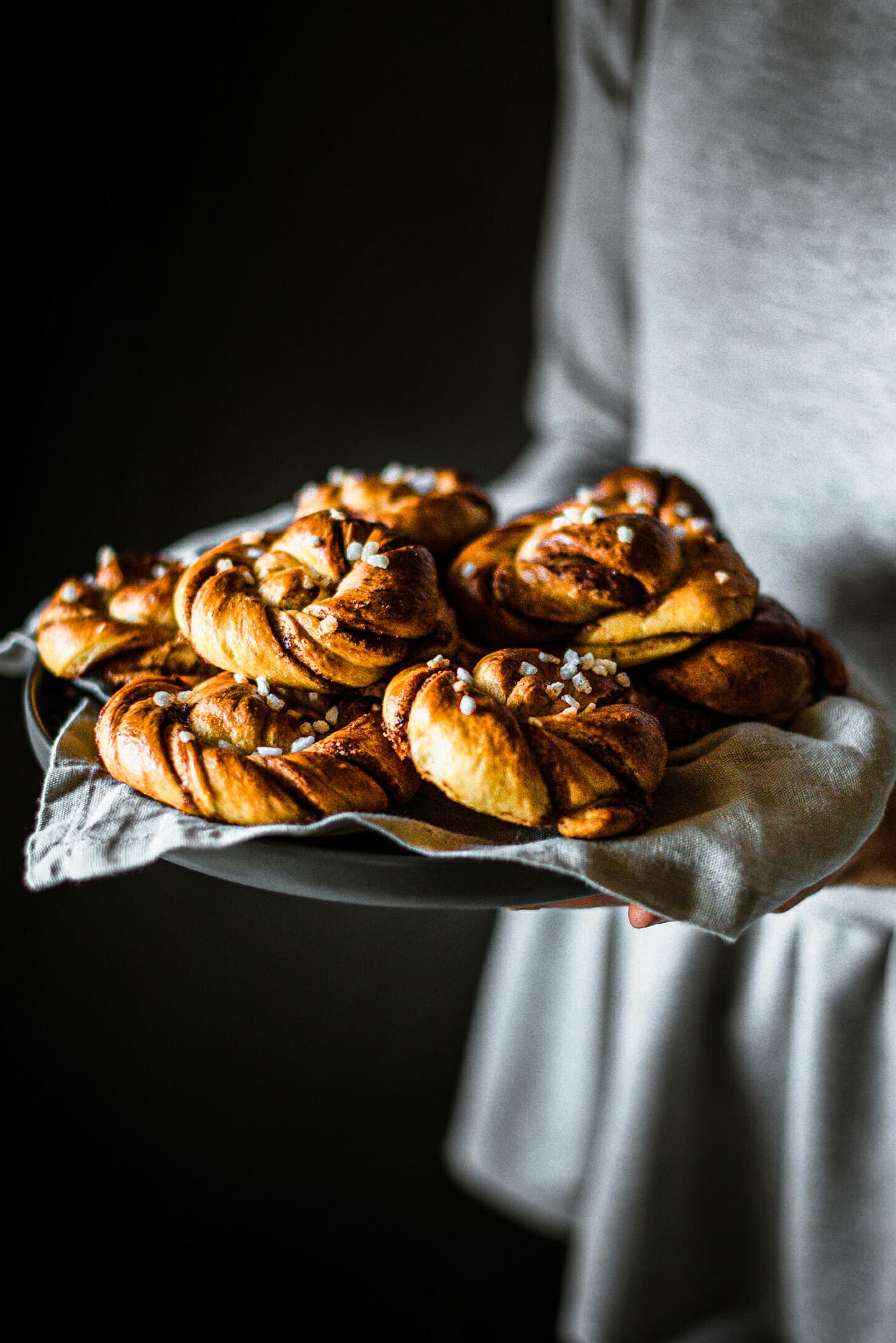 Kanelbullar brioches suédoises cannelle assiette - Lilie Bakery